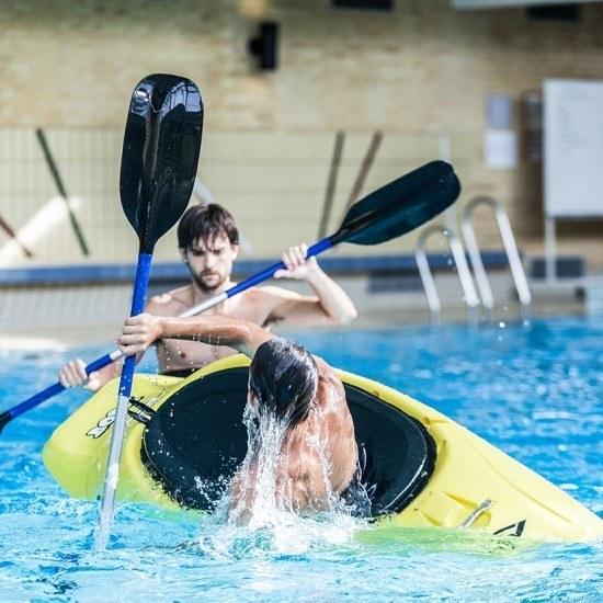 Kajak i svømmehal